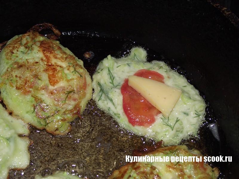 Оладьи из кабачков с помидорами и сыром