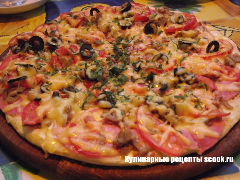 Вкусная пицца с ветчиной и грибами