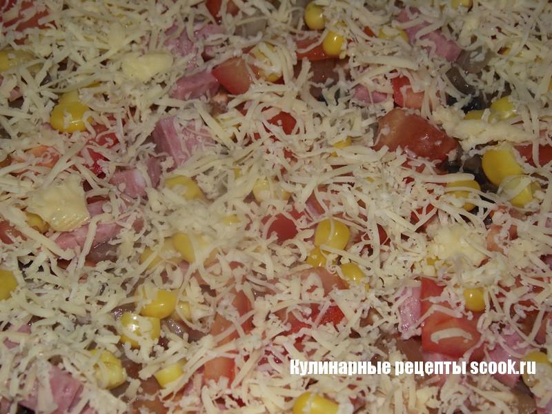 Пицца с грибами, копченой колбасой и кукурузой