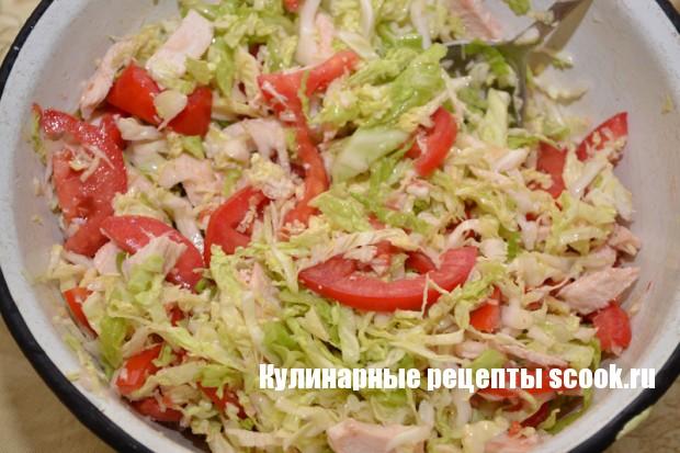 Салат из савойской капусты, помидор и куриной грудки