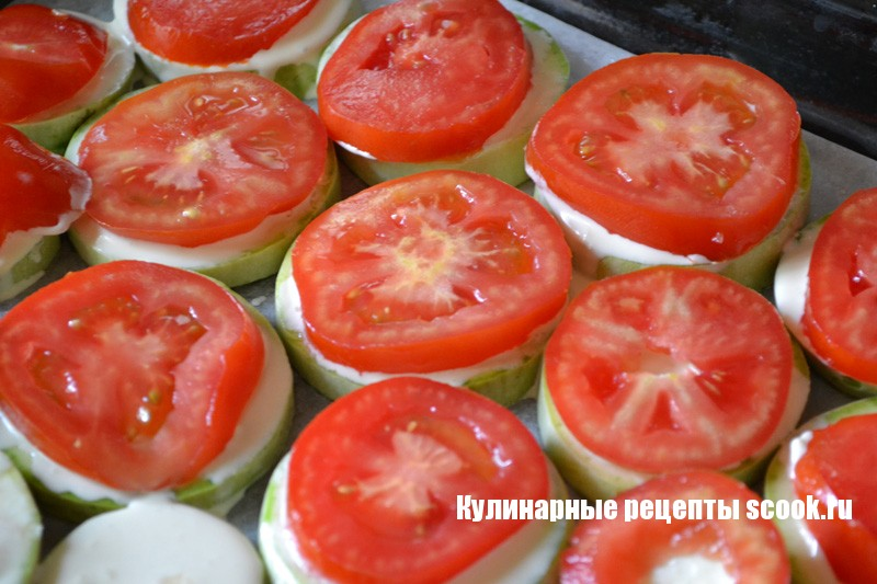 Кабачки с чесноком и помидорами в духовке