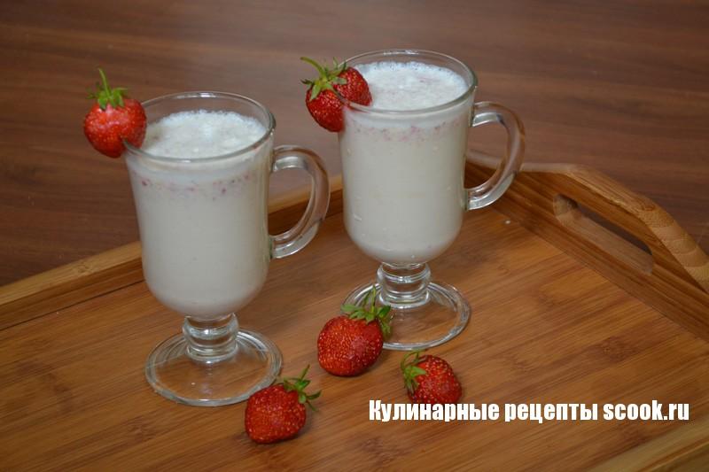 Молочный коктейль с бананом и клубникой