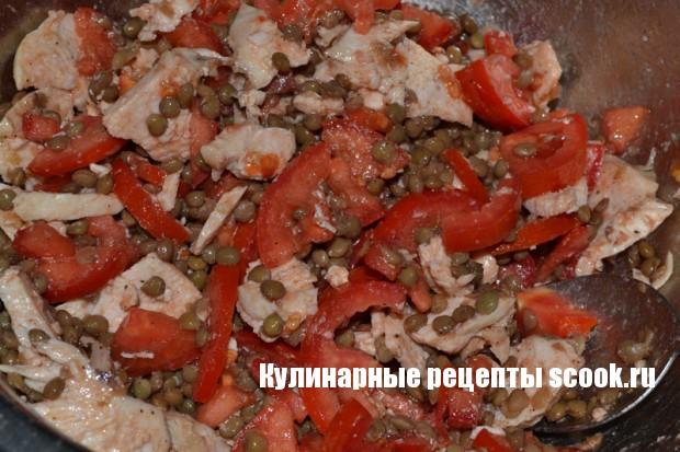Салат с чечевицей, курицей и помидорами