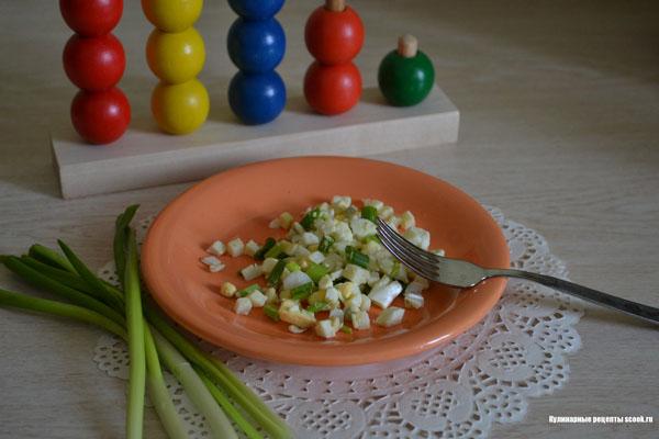 Салат с яйцом и зелёным луком