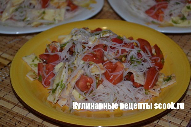 Фунчоза с помидорами и яичными блинчиками