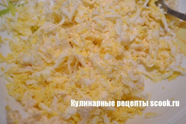 Кулечки из колбасы с сыром и яйцом