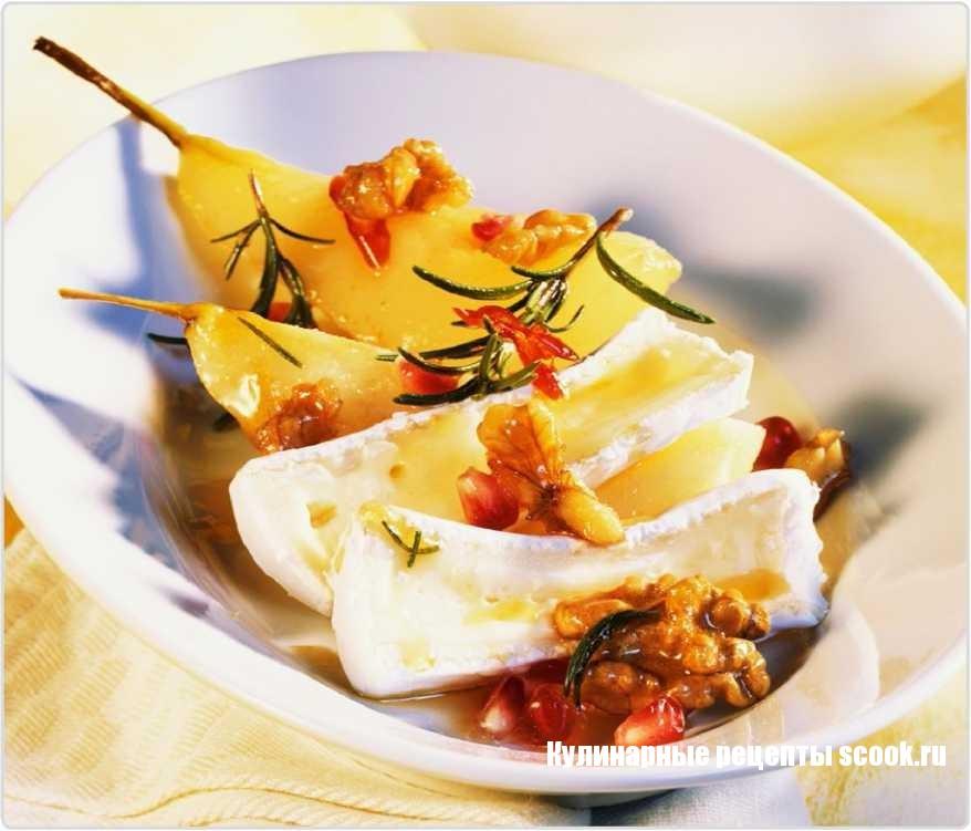 Сыр камамбер с грушей, гранатом и орехами