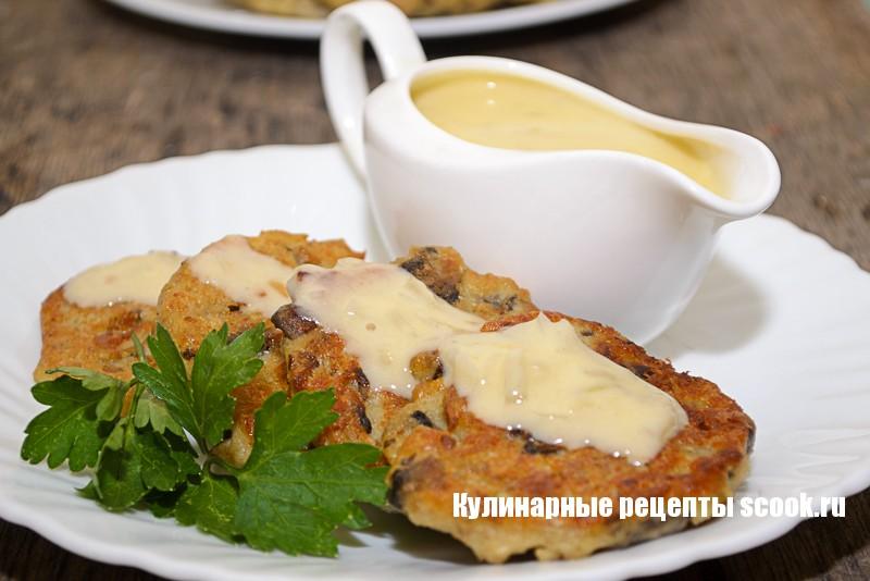 Котлеты из овсянки и грибов со сметанным соусом