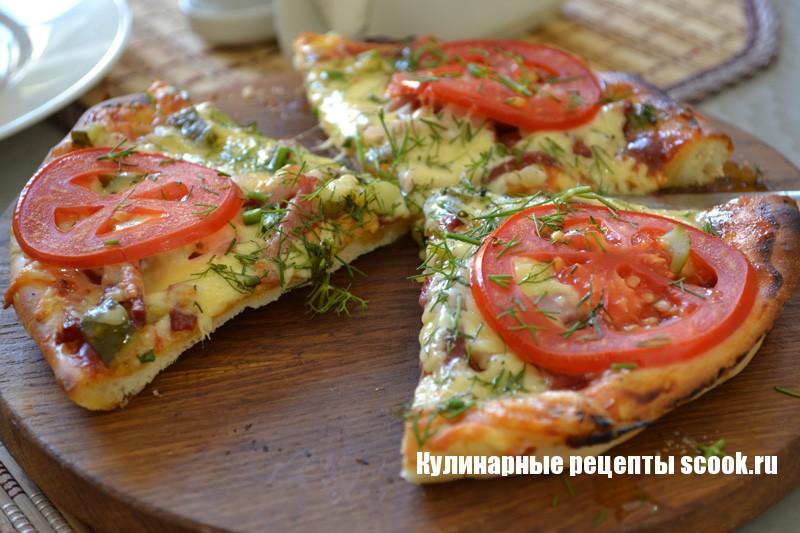 Пицца с ветчиной и солеными огурцами